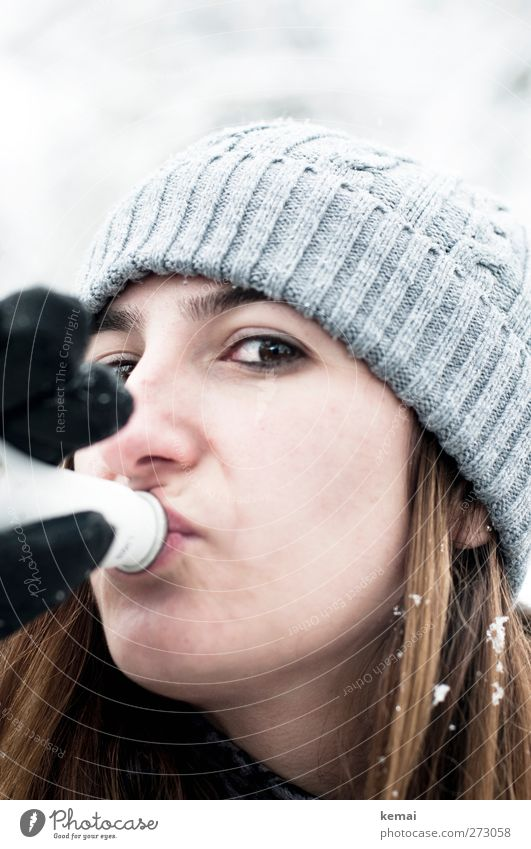 ski bunny Beverage Drinking Alcoholic drinks Sparkling wine Prosecco Bottle Lifestyle Hair and hairstyles Leisure and hobbies Trip Winter Snow Winter vacation
