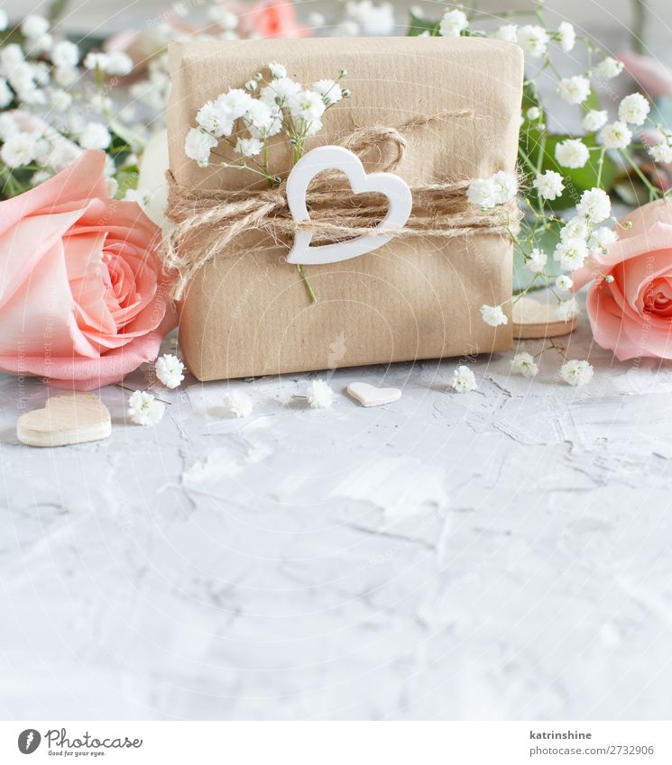 Gift box with roses and small white flowers Woman Beautiful White Flower Adults Wood Blossom Small Copy Space Gray Above Decoration Heart Wedding Craft (trade)