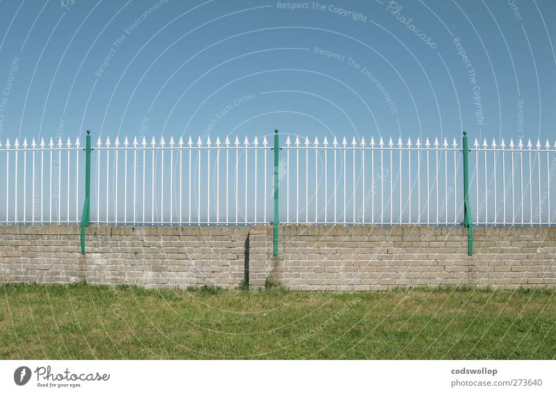 Sky Blue Green Wall (building) Grass Wall (barrier) Line Protection Arrow Fence Border Cloudless sky Brick wall Fence post
