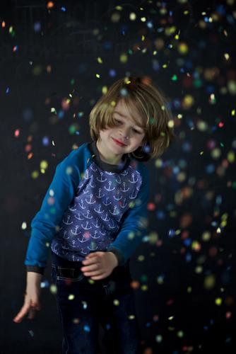 Child throws with confetti Leisure and hobbies Playing Party Feasts & Celebrations Carnival Birthday Human being Masculine Boy (child) Infancy 1 3 - 8 years