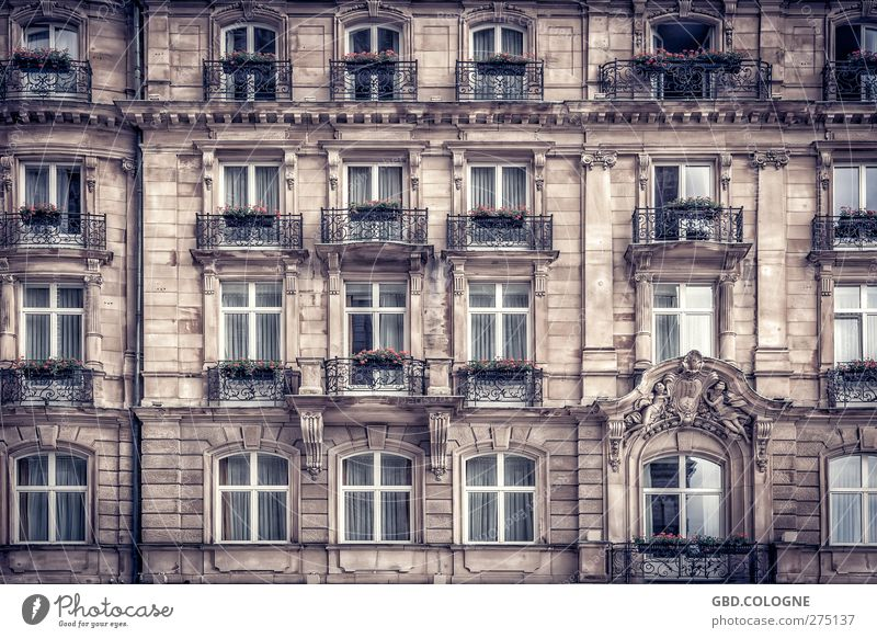 BONZ€N-HOT€L Town Downtown Old town House (Residential Structure) Palace Castle Manmade structures Building Facade Balcony Window Tourist Attraction Concrete
