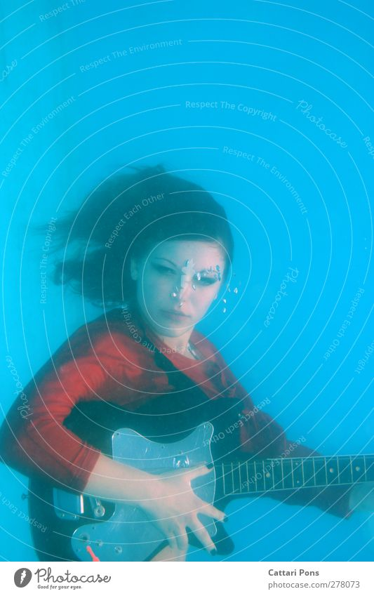 because sound travels faster in water! Dive Swimming & Bathing Play guitar Make music Sing Feminine Young woman Youth (Young adults) 1 Human being 18 - 30 years