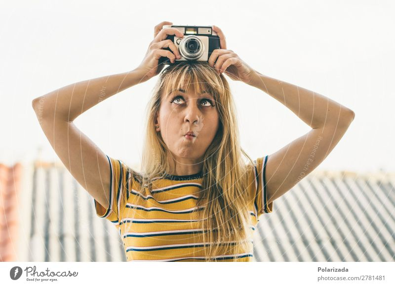 Chica con cámara haciendo muecas Joy Leisure and hobbies Handcrafts fotografía Camera Feminine Young woman Youth (Young adults) Woman Adults 1 Human being