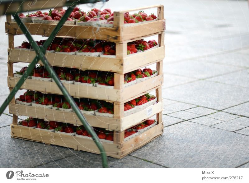 Fruit Food Fresh Nutrition Sweet Delicious Organic produce Juicy Strawberry Stalls and stands Palett Wooden box Farmer's market Vegetable market Box of fruit
