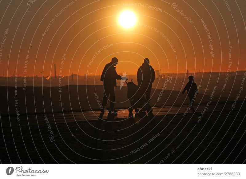 Sunset walk Human being Child Woman Adults Man Parents Family & Relations 3 Group 3 - 8 years Infancy 30 - 45 years Leisure and hobbies Colour photo