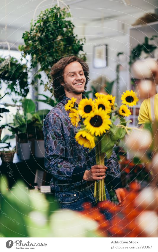 Man carrying bouquet of sunflowers Florist Flower Shopping Happy Work and employment Hold Green Floral Guy Human being Youth (Young adults) Bouquet Business