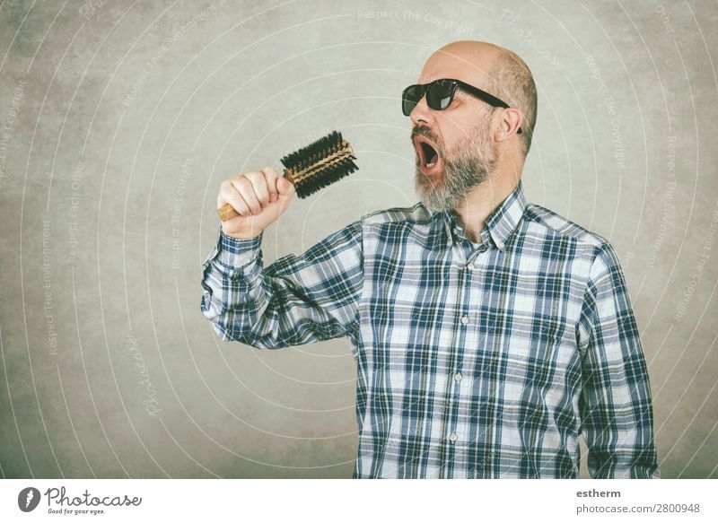 Man with sunglasses singing a hair brush Lifestyle Medical treatment Music Feasts & Celebrations Human being Masculine Adults Father 1 45 - 60 years Concert