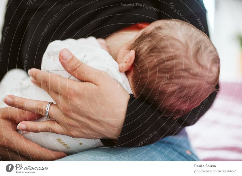 Breastfeed Feminine Child Baby Toddler Mother Adults Head 1 Human being 0 - 12 months Eating To feed Feeding To enjoy Together Daughter Newborn Nursing