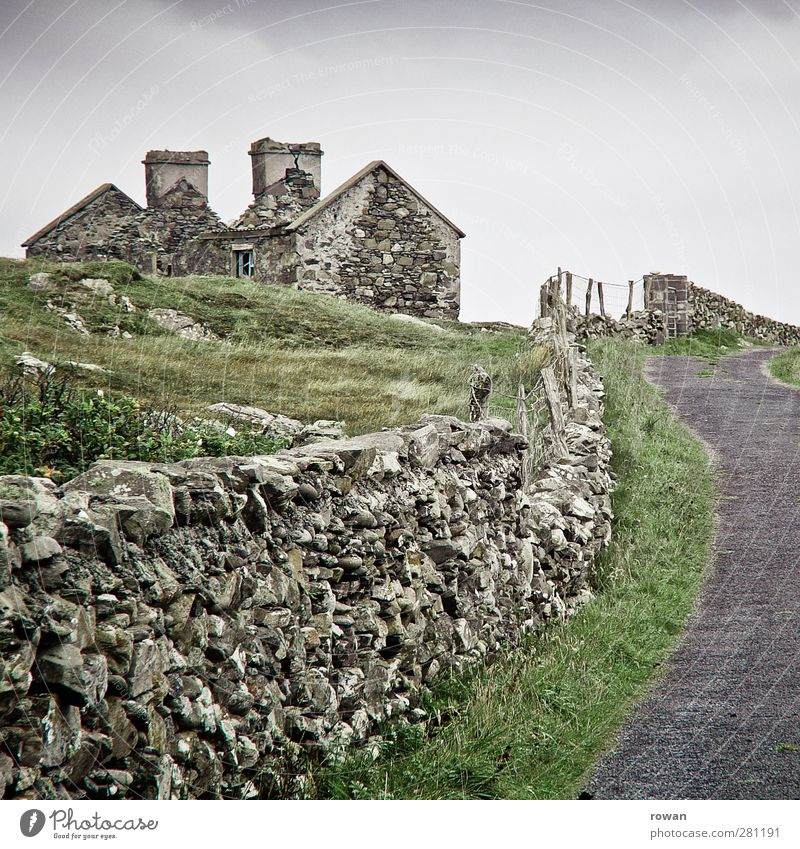 Irish way Grass Village Deserted House (Residential Structure) Detached house Ruin Manmade structures Building Wall (barrier) Wall (building) Facade Street