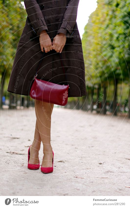 Très chic. Feminine Young woman Youth (Young adults) Woman Adults 1 Human being 18 - 30 years Senses Eroticism Lanes & trails Jardin des Tuileries High heels