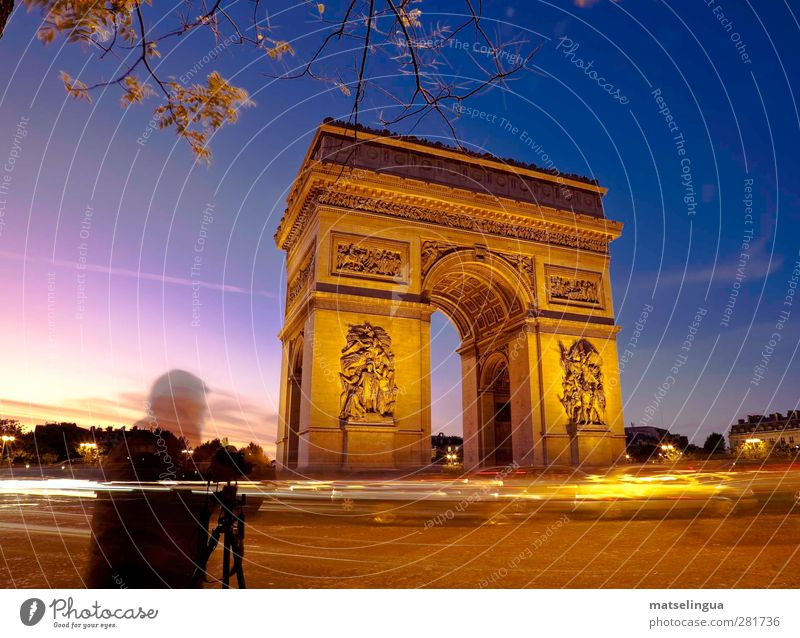 L'Arc de Triomphe (Paris) Camera Human being 1 Capital city Places Gate Manmade structures Tourist Attraction Landmark Observe Looking Historic Curiosity Blue