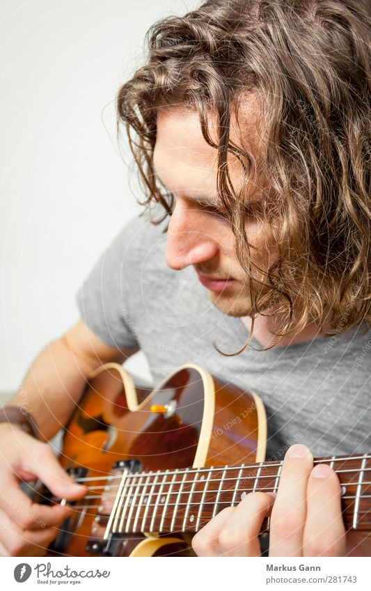 playing the guitar Lifestyle Style Hair and hairstyles Music Human being Masculine Young man Youth (Young adults) Man Adults Head 1 18 - 30 years Guitar