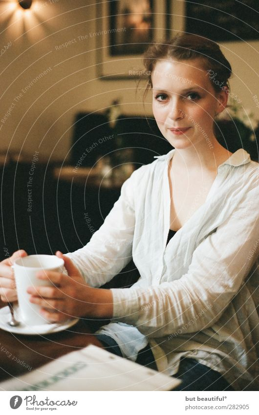 café crema° Feminine Young woman Youth (Young adults) 1 Human being 18 - 30 years Adults Eating Friendliness Beautiful Curiosity Positive Anticipation