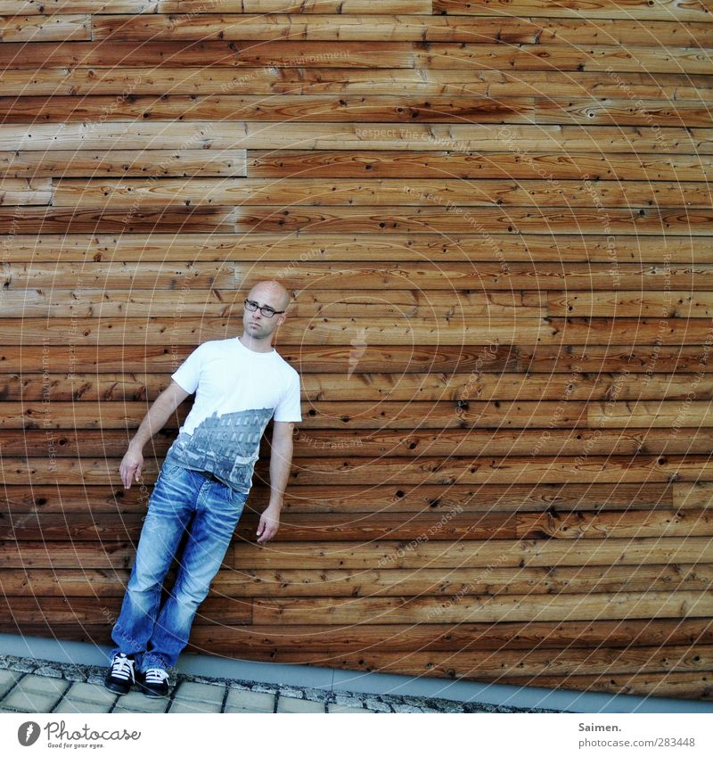 Human being Man Youth (Young adults) Adults Wall (building) Wood Wall (barrier) 18 - 30 years Body Facade Masculine Design Stand T-shirt Eyeglasses To fall