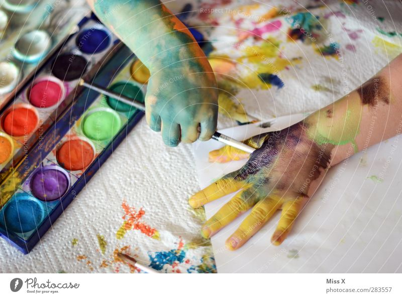 Even the child is Leisure and hobbies Playing Handicraft Human being Child Toddler Infancy Arm Fingers 1 1 - 3 years 3 - 8 years Art Artist Painter Dirty Funny