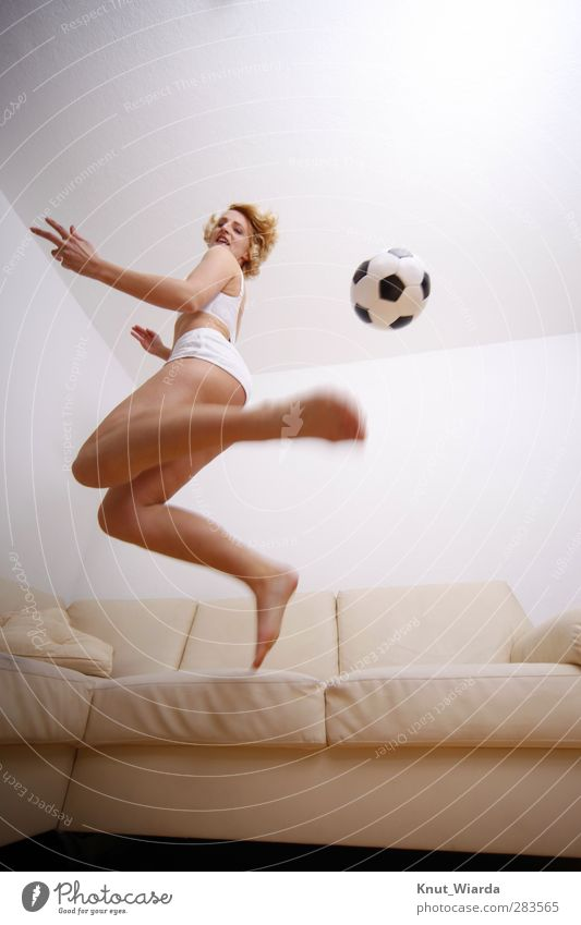 home game Sports Ball sports Soccer Human being Feminine Woman Adults Body 1 Athletic Brown Black White Joy Movement Fitness Jump Living room Blonde