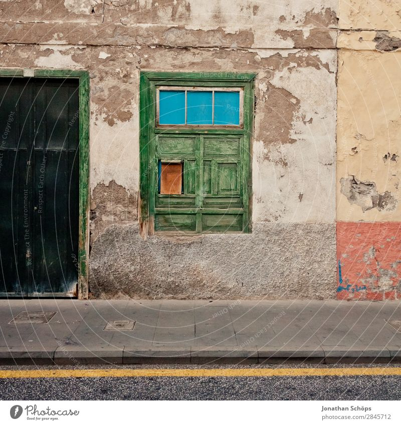Old Town Green House (Residential Structure) Window Street Background picture Facade Flat (apartment) Door Esthetic Footpath Simple Sidewalk Old town Spain