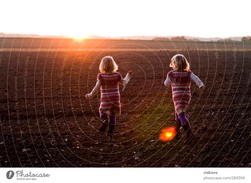 run away together Human being Feminine Child Toddler Girl Brothers and sisters Sister 2 1 - 3 years 3 - 8 years Infancy Environment Sun Sunrise Sunset Sunlight