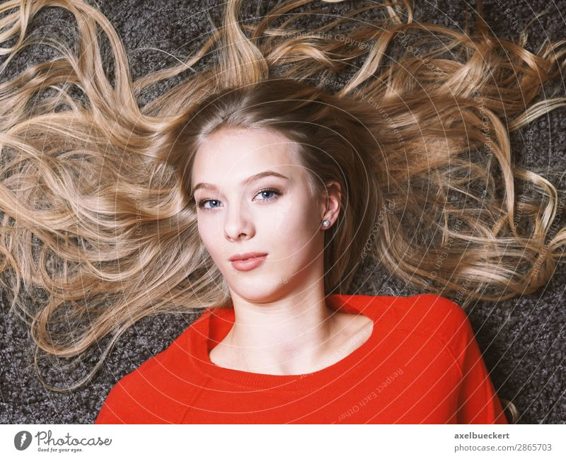 female teenager with long blond hair Human being Feminine Young woman Youth (Young adults) Woman Adults 1 13 - 18 years 18 - 30 years Hair and hairstyles Blonde