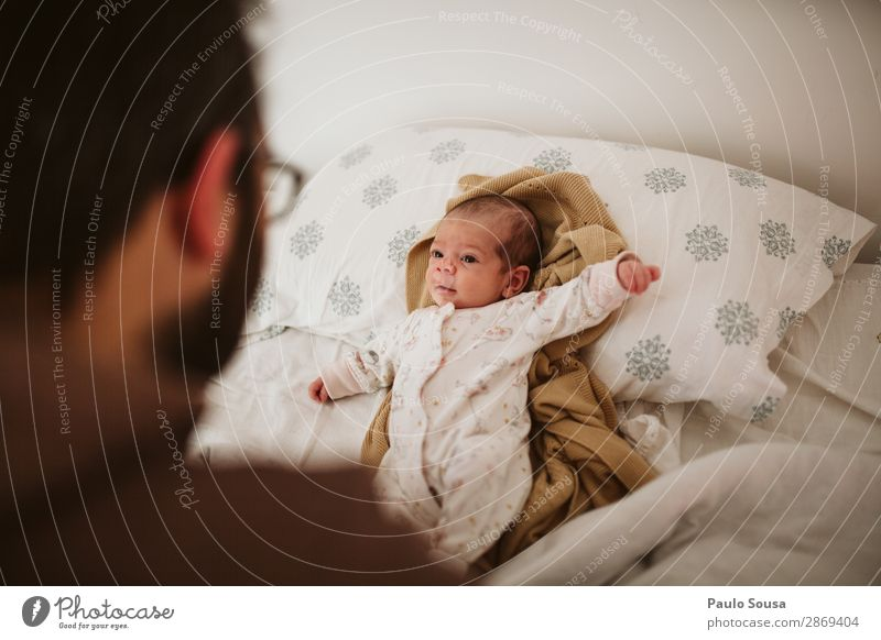 Father and Daughter Lifestyle Human being Masculine Child Baby Toddler Adults 2 0 - 12 months 18 - 30 years Youth (Young adults) Observe To enjoy Communicate
