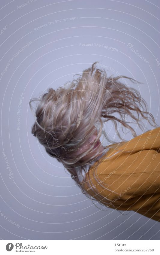 gravity a Hair and hairstyles Feminine Young woman Youth (Young adults) Woman Adults 1 Human being 13 - 18 years 18 - 30 years Hipster Sweater Blonde