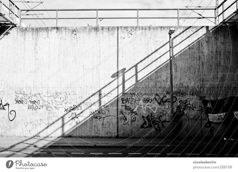City White Black Far-off places Dark Graffiti Wall (building) Street Lanes & trails Wall (barrier) Facade Elegant Arrangement Concrete Perspective Esthetic