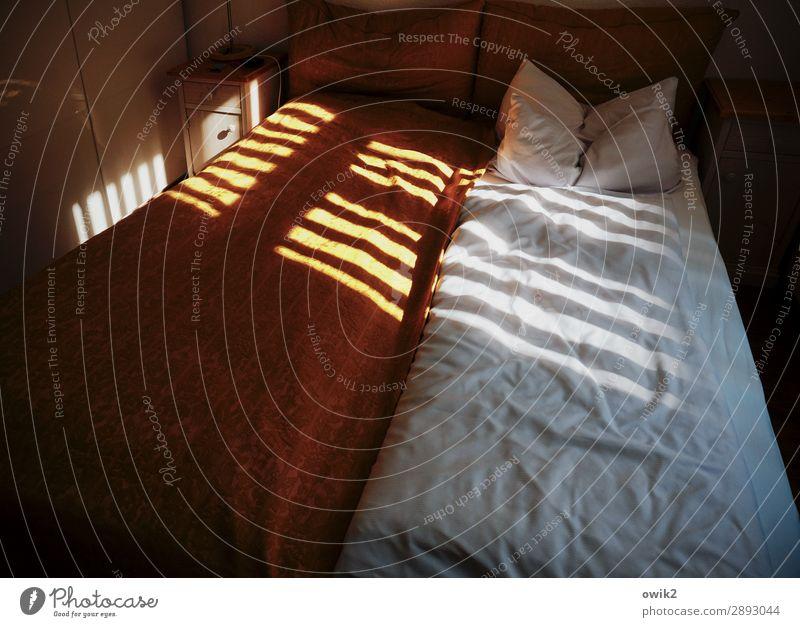 barcode Living or residing Interior design Bed Bedroom Cushion Window Screening Slat blinds Illuminate Dark Simple Protection Safety (feeling of) Secrecy Serene