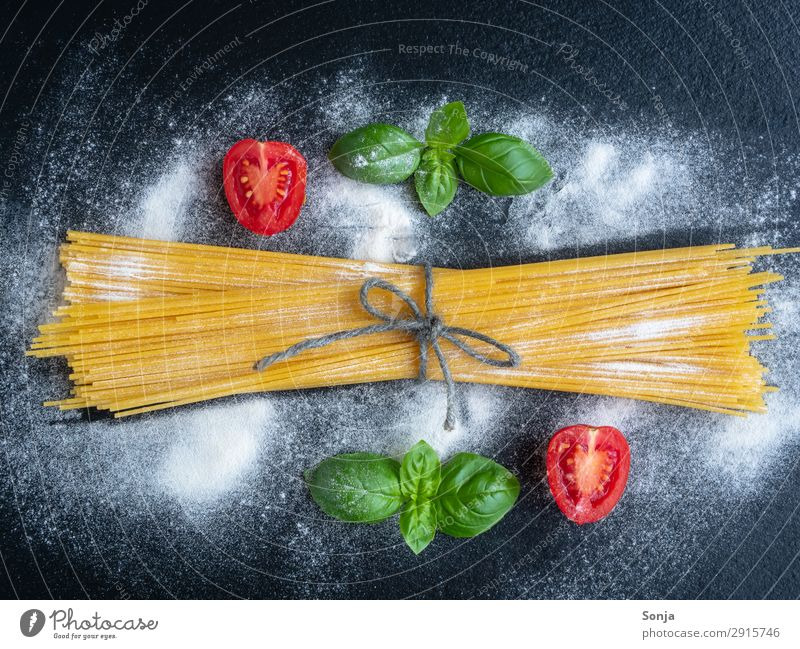Spaghetti with basil and tomatoes Food Vegetable Dough Baked goods Basil Tomato Nutrition Lunch Organic produce Vegetarian diet Italian Food Dark background