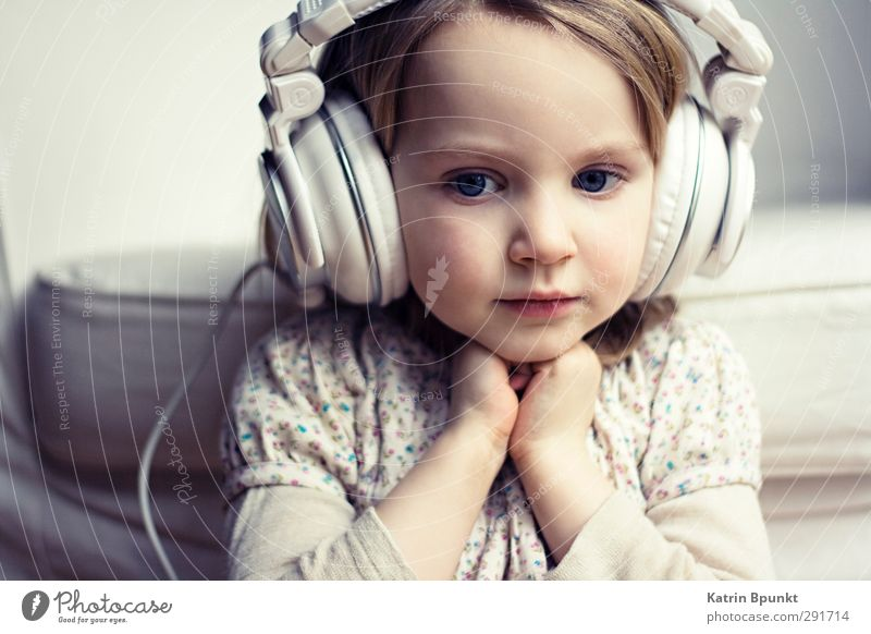 Human being Child Relaxation Think Dream Moody Infancy Contentment Cute To enjoy Toddler Longing Headphones Nostalgia 3 - 8 years Listen to music