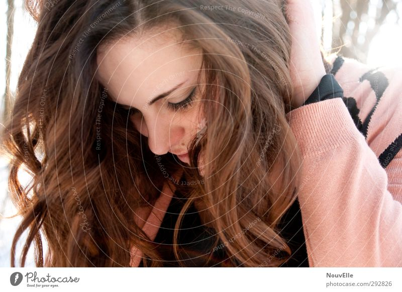 It's time. Human being Young woman Youth (Young adults) Life 1 18 - 30 years Adults Fashion Jacket Hair and hairstyles Brunette Curl Friendliness Happiness