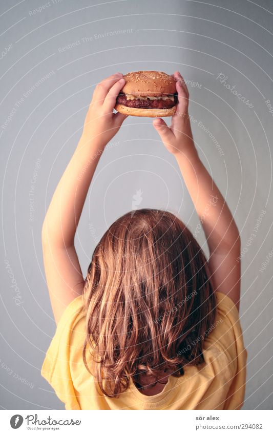 burger queen Food Meat Hamburger Cheeseburger Nutrition Lunch Dinner Human being Feminine Child Toddler Girl Infancy Head Hair and hairstyles Hand Fingers 1