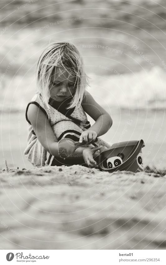 sand games Feminine Child Girl Infancy Life Hair and hairstyles 1 Human being 3 - 8 years Sand Water Playing Blonde Happiness Freedom Black & white photo