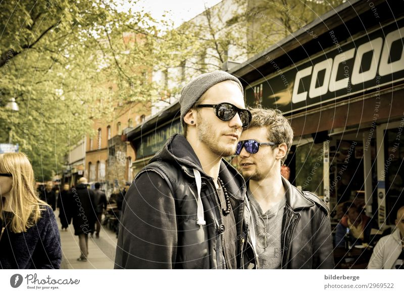 berlin-style 18 Lifestyle Brothers and sisters Friendship 2 Human being Youth culture Capital city Fashion Sunglasses Cool (slang) Power Eyeglasses