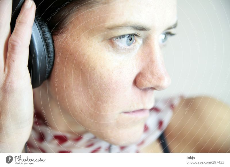 hearing Lifestyle Leisure and hobbies Music Woman Adults Face 1 Human being 30 - 45 years Listen to music Headphones Listening Emotions Moody Interest