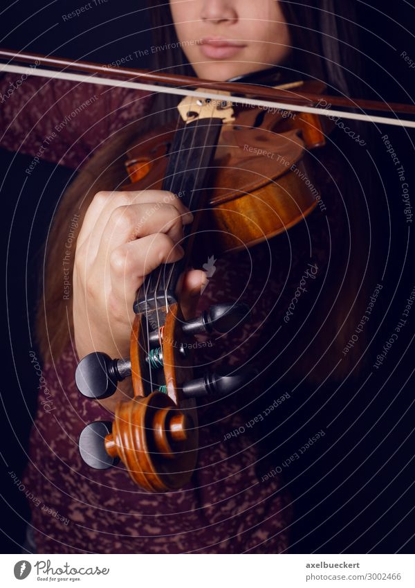 young woman plays violin Lifestyle Leisure and hobbies Music Human being Feminine Young woman Youth (Young adults) Woman Adults 1 13 - 18 years 18 - 30 years