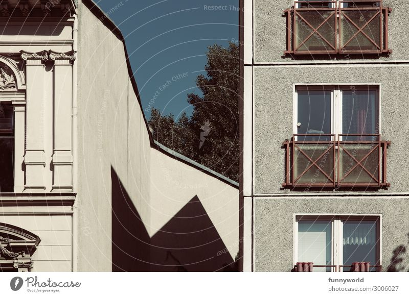 Summer Town House (Residential Structure) Window Wall (building) Wall (barrier) Facade Living or residing High-rise Gloomy Poverty Point Sharp-edged Rich