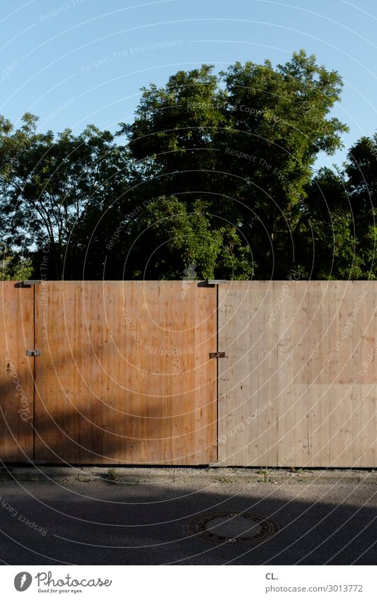 privacy screen Construction site Cloudless sky Summer Beautiful weather Tree Wall (barrier) Wall (building) Traffic infrastructure Street Lanes & trails Barrier