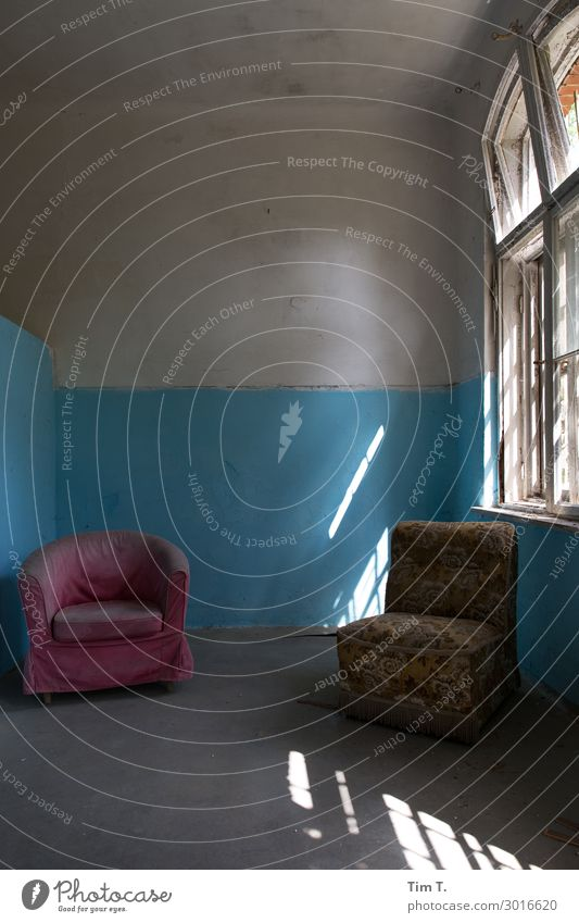 waiting room House (Residential Structure) Ruin Manmade structures Building Wall (barrier) Wall (building) Window Change Living or residing Armchair Room