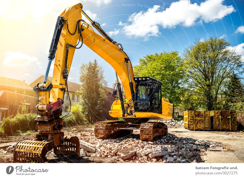 Excavator on construction site Demolition of single-family house Sonne House building Work and employment Profession Craftsperson Construction site