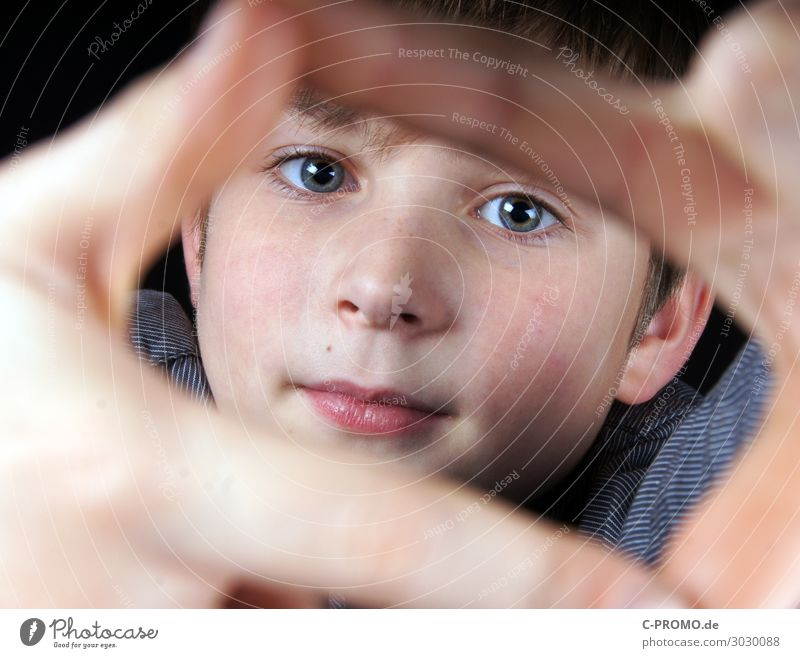 Boy looks through the frame of his fingers Human being Masculine Boy (child) Face Eyes 1 3 - 8 years Child Infancy 8 - 13 years Curiosity Interest smile Frame