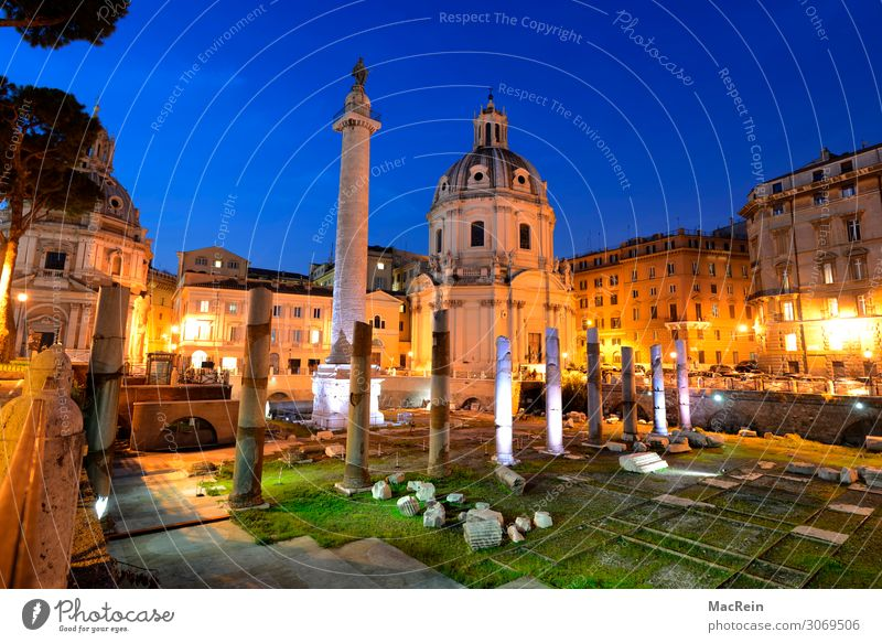 Trajan column Human being Sculpture Culture Town Church Manmade structures Building Architecture Tourist Attraction Landmark Old Historic Religion and faith age