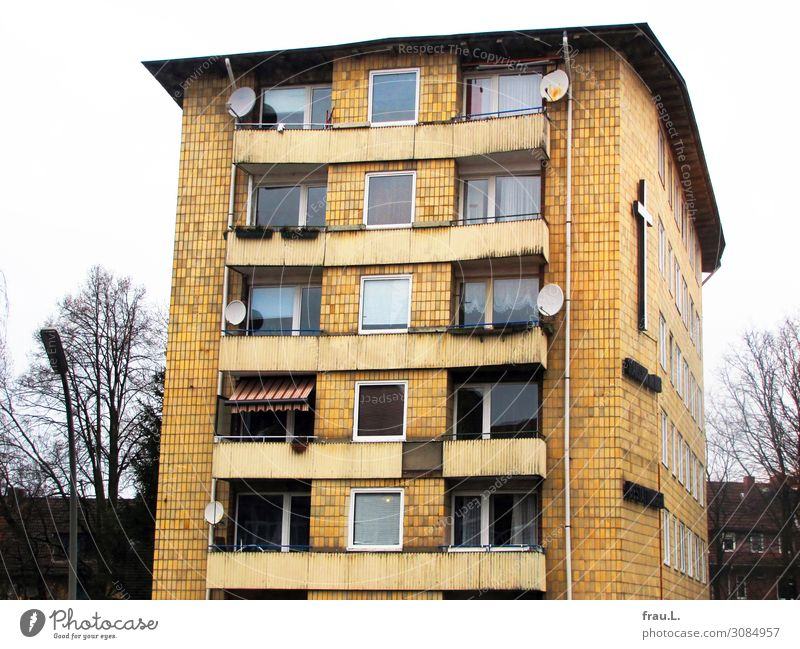 house Living or residing Flat (apartment) House (Residential Structure) High-rise Architecture Balcony Old Dirty Hideous Broken Yellow Sadness Grief Avaricious