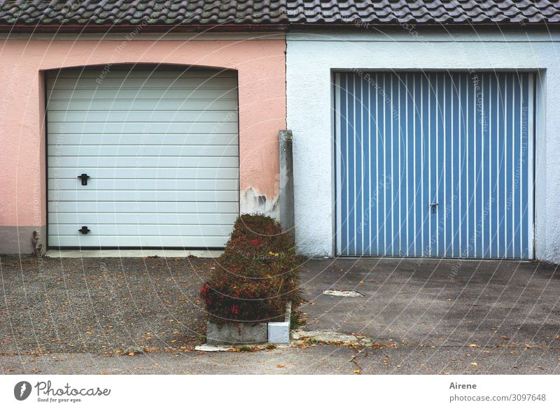 lengthwise and crosswise Garage Garage door Parking lot Apartment house Stripe vertical strip Sharp-edged Uniqueness Cliche Town Blue Pink Orderliness