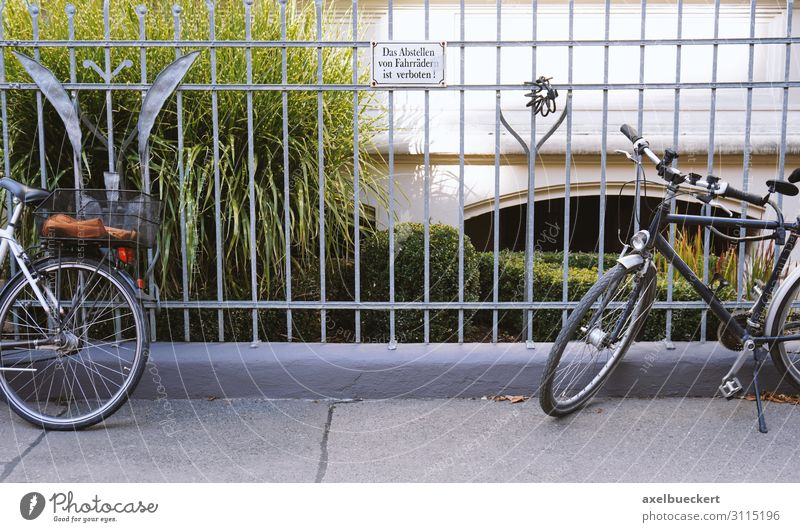 It is forbidden to park bicycles! Lifestyle Leisure and hobbies Cycling Town Transport Means of transport Street Bicycle Signs and labeling Signage Warning sign