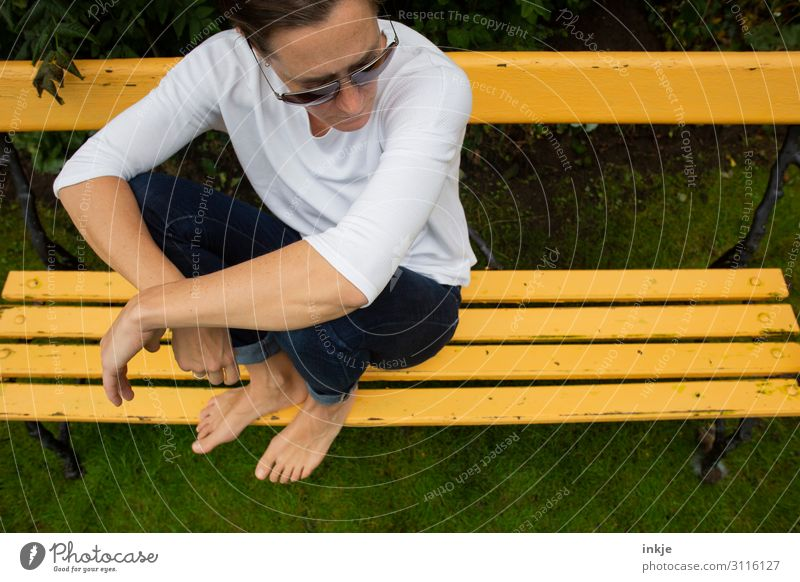 on the yellow bench Lifestyle Leisure and hobbies Woman Adults Body 1 Human being 18 - 30 years Youth (Young adults) 30 - 45 years Garden Park Meadow Jeans