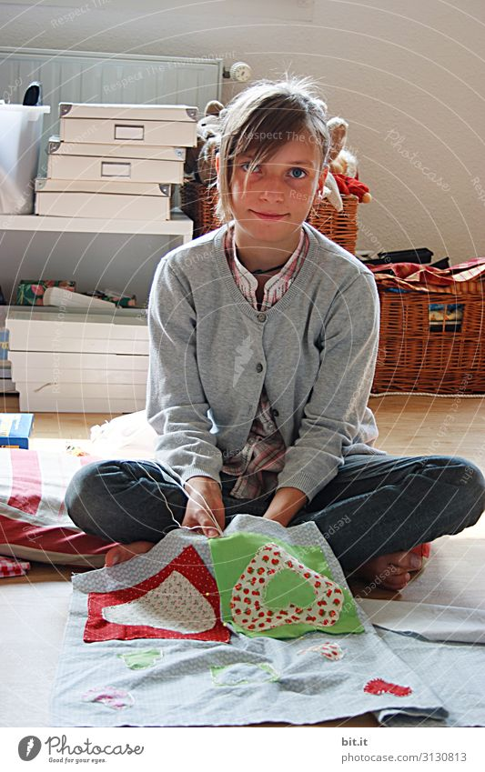 Fingertip feeling l Handicrafts Leisure and hobbies Living or residing Parenting Education Schoolchild Craft (trade) Human being Feminine Child girl Infancy