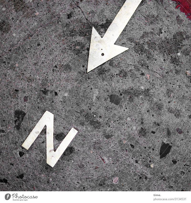 oh, ein N asphalt buchstabe pfeil hinweis stein farbe vogelperspektive dreckig schmutzig urban spitz richtung skurril rätsel zeigen hinweisen