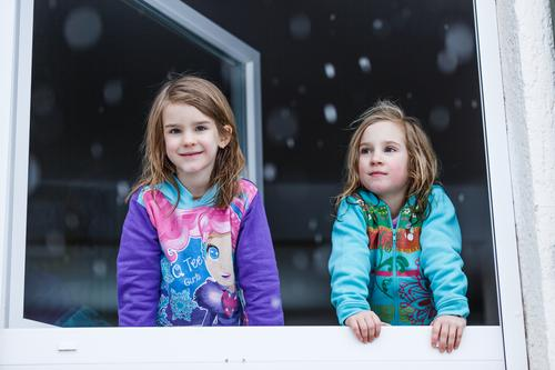 The first snow Lifestyle Face Winter Snow Winter vacation House (Residential Structure) Child Schoolchild Human being Feminine Toddler Girl Brothers and sisters