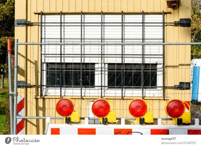 Town Red Window Yellow Wall (building) Wall (barrier) Gray Living or residing Construction site Safety Barrier Workplace Grating Container Roller shutter