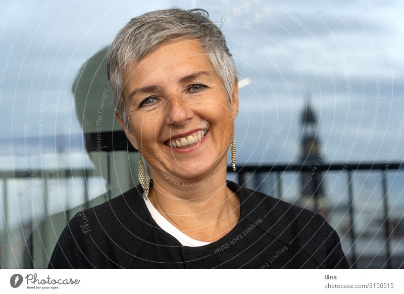 laughing woman Human being Feminine Woman Adults Life Head 1 Hamburg Port City House (Residential Structure) Short-haired Observe Relaxation Laughter Wait